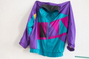 Detalle de la primera parte de su exposición, en la que la ropa desempeña un importante papel.