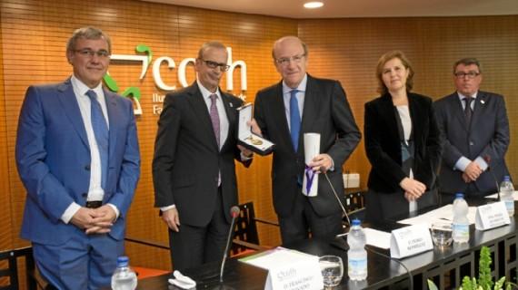 Pedro Rodríguez, galardonado por el Colegio de Farmacéuticos de Huelva con la Carabela La Pinta en su categoría de Oro