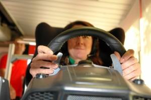 Una estudiante, pilotando un F1.