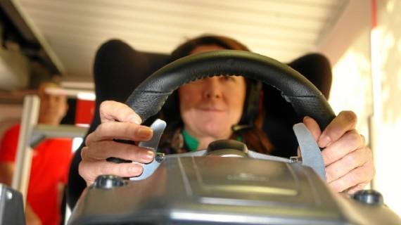 Estudiantes de la Universidad de Huelva experimentan la sensación de pilotar un Fórmula 1