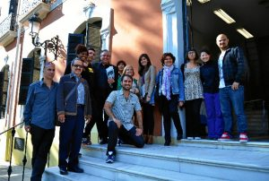 El director del festival, Pedro Castillo, con miembros de la plataforma 'Amigos del Festival de Cine Iberoamericano de Huelva'. /Foto: Pablo Sayago.