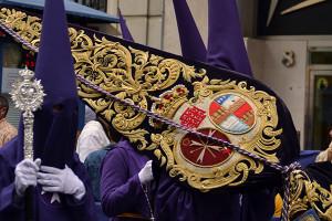 Guión de la Hermandad con el escudo vigente en la actualidad
