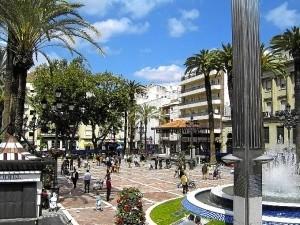 el primer nombre oficial que se le dio de una calle de Huelva se refiere a la Plaza de las Monjas, que fue nombrada el 15 de julio de 1823 como Plaza del Rey Fernando VII.