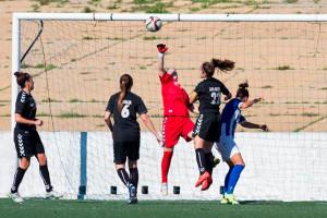 La meta Larque se ve superada por el remate de Sandra. / Foto: www.laliga.es.