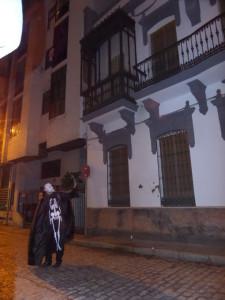 Frente a la antigua casa de Vázquez Limón.
