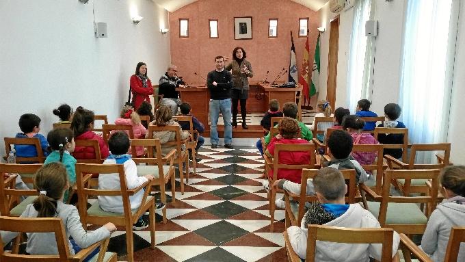 Visita de los estudiantes al Salón de Plenos.