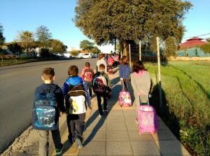 Los más pequeños van caminando al colegio.