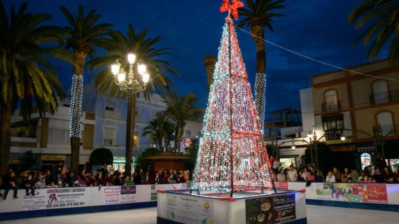 Unos 80 arcos de luces llenan las calles de Ayamonte de ambiente navideño