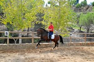 Jonathan monta a caballo desde pequeño.