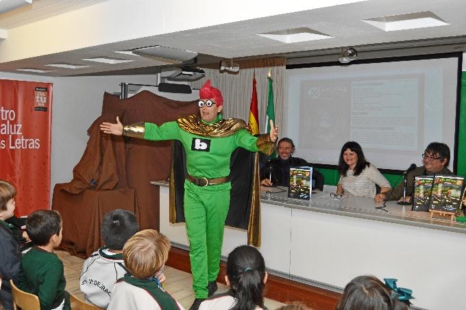 Superhéroe que simboliza la defensa de la cultura escrita y de la biblioteca como institución cultural. / Foto: Pablo Sayago.
