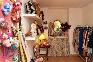 La decoración de la tienda sigue un estilo minimalista, roto con el colorido de sus productos. / Foto: Pablo Sayago.