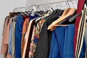 Las prendas de ropa a la venta está hechas en España. / Foto: Pablo Sayago.