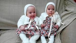 Loli ha podido comprobar los beneficios del método canguro con sus dos hijas gemelas, Marta y Adriana.