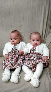 Los papás de las gemelas estaban deseando tocarlas cuando estaban en el hospital.