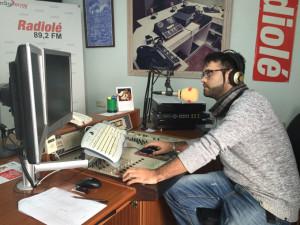 El redactor de la emisora Gonzalo Gregori, en los estudios centrales.