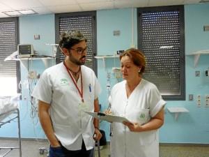 El supervisor de Pediatría, Rafael López conversa con una de las profesionales de la unidad.