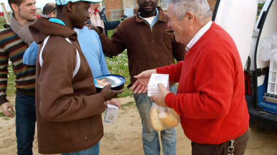 El empresario Patrocinio Mora vuelve a servir cenas de Nochebuena y Nochevieja en los asentamientos de Lepe