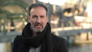 Diego Vázquez es el guionista y presentador de este vídeo.