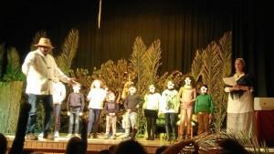 Algunos padres y los monitores de teatro también actuaron en la obra.
