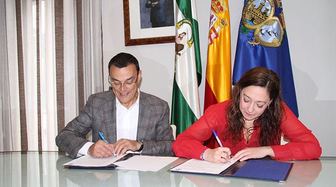 Un momento de la firma del convenio entre la Diputación y el Sporting de Huelva.