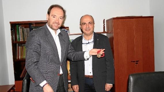 La Hermandad de los Judíos entrega a la Diputación la medalla conmemorativa del 75 aniversario