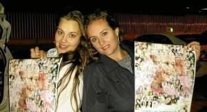 Natividad Cano y Noelia Macías, con las pulseras solidarias.