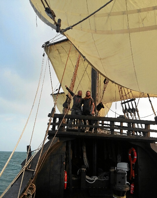 nao victoria navegando hacia Amsterdam