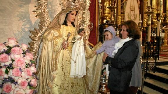 Cartaya celebra La Candelaria con la presentación de una treintena de niños ante la Virgen del Rosario
