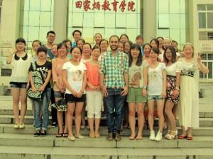 Residió durante un año en Yichang, China, donde ayudó a implantar el Departamento de Español en la Universidad de las Tres Gargantas.