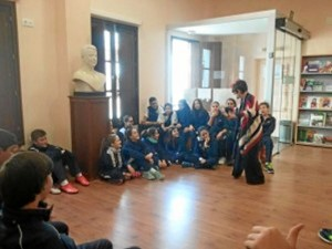 Durante todo el curso desarrolla en el biblioteca palmerina un taller de cuentos en valores.
