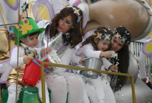 Cartaya ha celebrado su tradicional pasacalles de Carnaval.
