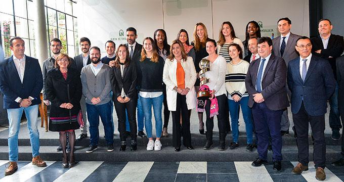 Susana Díaz, presidenta de la Junta de Andalucía, con los representantes del CB Conquero.