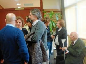 Felicidad Mendoza conversa con el director de HBN, Ramón Fernández Beviá y con el periodista Helenio Ponce, primo hermano de la doctoranda.