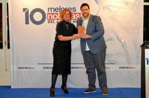 Yolanda Pelayo etnregó el premio a Xanty Elías.