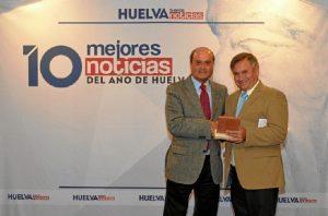 Antonio Ponce hizo entrega del premio a Juan Matos, de la Plataforma.