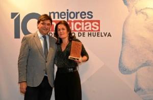 El alcalde de Huelva entregó el premio a Paula Martínez.