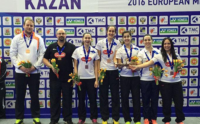La selección española femenina, con sus técnicos, con la medalla de bronce. / Foto: @Bad_Esp.