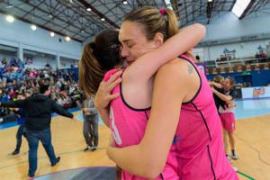 Luci Pascua, abrazada a una compañera tras el triunfo en la Copa. / Foto: Alberto Nevado / FEB.