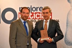 El padre de Marta Garrido recogió el premio en nombre de su hija, de manos de José Fernández.