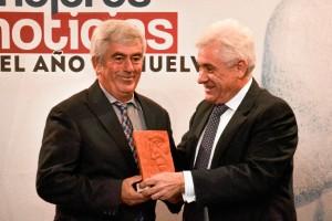 El presidente de AIQB entregó el reconocimiento a Interfresa por su campaña contra el cáncer.