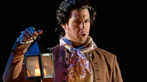 El barítono onubense David Lagares destaca en la representación de 'El Barbero de Sevilla'