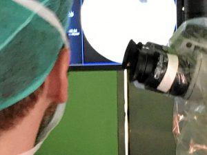 La cirugía mínimamente invasiva de columna implica intervenciones sobre la columna vertebral usando para ello abordajes o accesos mediante pequeñas incisiones en la piel.