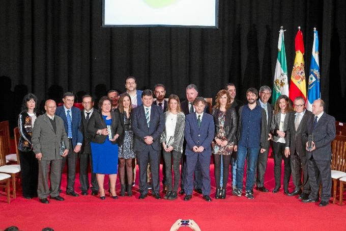 Foto de familia con las personas distinguidas en los Premios Huelva-Junta.