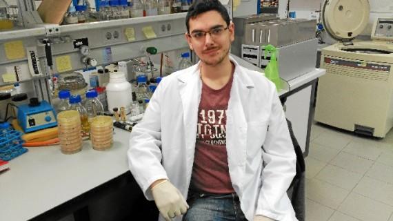 El onubense Juan Quintero realiza en el Centro de Andaluz de Biología un trabajo sobre la fermentación de los alimentos con beneficios para el sector vinícola