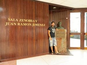 Rubén, en la Sala dedicada a Zenobia y Juan Ramón en Puerto Rico.