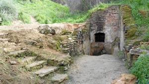 Otra imagen de la entrada a la Fuente Vieja, una vez limpia.