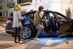 El artista acudió a la firma de discos con un BMW.