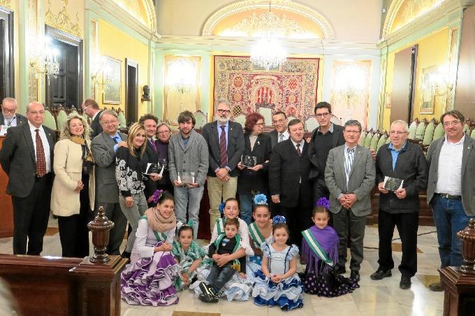 Foto de familia con los leridanos que nacieron en Huelva, homenajeados en el acto.