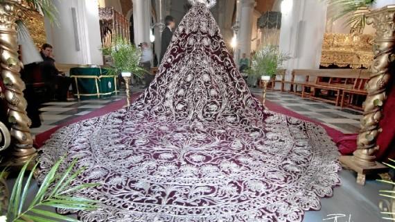 El taller de Jesús Rosado acomete la limpieza del manto procesional de la Hermandad de la Oración en el Huerto de Huelva