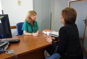 En la consulta se asesora al paciente.
